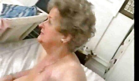 Rossa mamma accarezza grandi tette naturali vestiti decollare davanti alla telecamera tettone italiane film