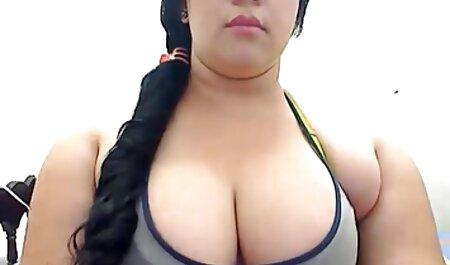 Nudo Devachan corse sulla barca con le gambe divaricate, torsione film porno italiani tettone figa dita