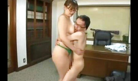 Giovane ragazza con grandi video ragazze tettone tette naturali scopa con il fidanzato in piedi