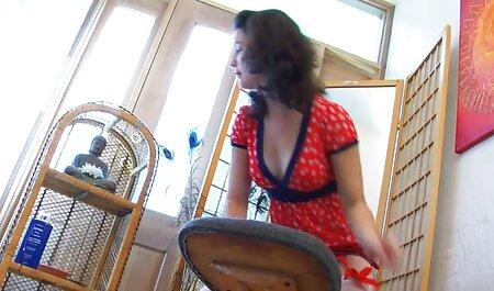 Modello russo film tettone italiane mostra il suo fascino nudo in salotto