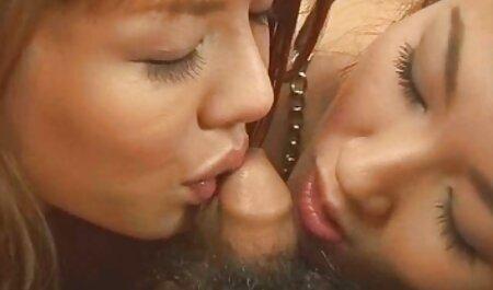 Una giovane ragazza cerca di rilassarsi per il sesso anale con un uomo sul letto video gratis di tettone