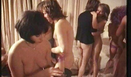 Giovane video porno con donne tettone ragazza con pube Peloso gode di анилингусом, l'assunzione di off mutandine