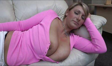 Hottie in un abito corto brucia video gratis donne tettone Frank Solo su un grande letto durante le audizioni