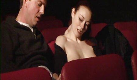 Hottie mangia con le dita tutto lo sperma del video tette grosse gratis ragazzo dopo l'aspirazione e gli dà nella figa sul divano