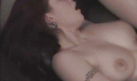 Radiant bambino fascinated еблей пиздиаа tette nude xxx un vibratore su il morbido divano