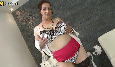 Mamka in calze film porno tettone gratis e lingerie bianca seducente posa sul letto