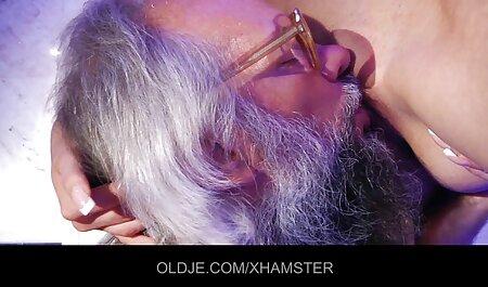 L'uomo con la gioia tira sul cazzo la padrona con i capelli bionda tettona xxx corti e il seno naturale