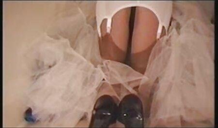 Ragazza in calze gode di masturbazione femminile video porno di tettone sul divano bianco, gambe larghe