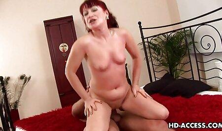 Tatuato slut con i capelli rosa tirato Leggings e ha tettone naturali video ricevuto il pene nella fica