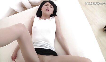 Partner donne tettone video sensuali attratti l'un l'altro labbra, e poi i genitali e sul divano