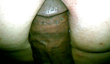 Una giovane ragazza tettone xxx salta sul cazzo e lo porta a raggiungere l'orgasmo con le mani