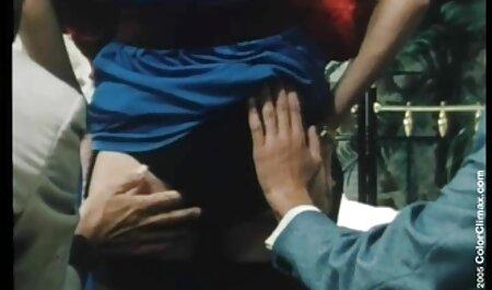 Il vecchio con la barba sulla guancia dà video porno di mamme tettone due studenti e li scopa